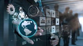 Το χέρι επιχειρηματιών σύρει το εργαλείο στην επιτυχία στοκ εικόνα με δικαίωμα ελεύθερης χρήσης