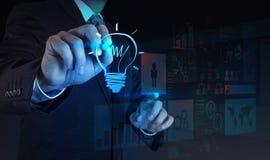 Το χέρι επιχειρηματιών σύρει lightbulb στοκ εικόνες με δικαίωμα ελεύθερης χρήσης