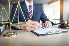 το χέρι δικηγόρων γράφει το έγγραφο στο δικαστήριο & x28 δικαιοσύνη, law& x29  Στοκ εικόνες με δικαίωμα ελεύθερης χρήσης