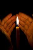 το χέρι κεριών προστατεύε&io Στοκ φωτογραφία με δικαίωμα ελεύθερης χρήσης