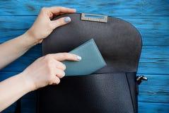 Το χέρι κοριτσιών αρπάζει ένα σημειωματάριο από μια μαύρη τσάντα στοκ εικόνες με δικαίωμα ελεύθερης χρήσης