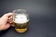 Το χέρι κρατά μια μπύρα Στοκ εικόνα με δικαίωμα ελεύθερης χρήσης