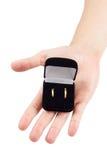 Το χέρι κρατά το κιβώτιο γαμήλιων δαχτυλιδιών στοκ φωτογραφία με δικαίωμα ελεύθερης χρήσης