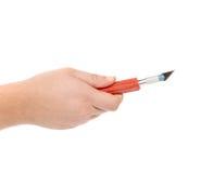 Το χέρι κρατά το μαχαίρι τεχνών αλουμινίου. Στοκ φωτογραφία με δικαίωμα ελεύθερης χρήσης