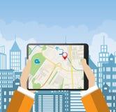 Το χέρι κρατά το PC ταμπλετών με τη ναυσιπλοΐα app ενάντια διανυσματική απεικόνιση