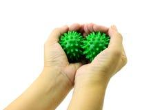 Το χέρι με την ακανθωτή πλαστική πράσινη σφαίρα μασάζ απομονώνει στο λευκό Στοκ Εικόνες