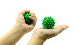 Το χέρι με την ακανθωτή πλαστική πράσινη σφαίρα μασάζ απομονώνει στο λευκό Στοκ φωτογραφία με δικαίωμα ελεύθερης χρήσης