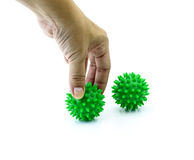 Το χέρι με την ακανθωτή πλαστική πράσινη σφαίρα μασάζ απομονώνει στο λευκό Στοκ φωτογραφίες με δικαίωμα ελεύθερης χρήσης