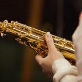Το χέρι με το saxophone Στοκ εικόνες με δικαίωμα ελεύθερης χρήσης