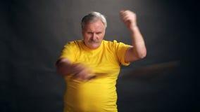 Το χέρι με το nunchacku Απομονωμένος στο λευκό απόθεμα βίντεο