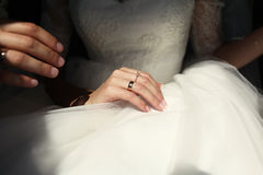 Το χέρι μιας νύφης Στοκ εικόνες με δικαίωμα ελεύθερης χρήσης