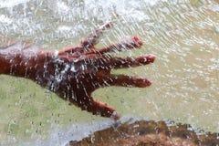 Το χέρι πίσω από την επιφάνεια πάγου Στοκ φωτογραφίες με δικαίωμα ελεύθερης χρήσης