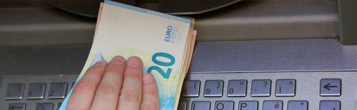 το χέρι παίρνει τα ευρωπαϊκά τραπεζογραμμάτια στο ATM στοκ εικόνα με δικαίωμα ελεύθερης χρήσης
