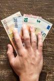 Το χέρι παίρνει τα ευρώ στοκ φωτογραφίες