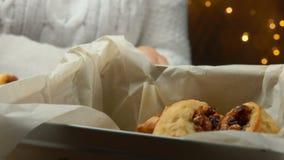 Το χέρι παίρνει τα ιταλικά μπισκότα Cucidati σύκων από ένα τηγάνι απόθεμα βίντεο