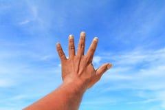 Το χέρι παρουσιάζει μετρώντας αριθμό πέντε στο υπόβαθρο ουρανού Στοκ φωτογραφία με δικαίωμα ελεύθερης χρήσης