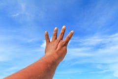 Το χέρι παρουσιάζει μετρώντας αριθμό τέσσερα στο υπόβαθρο ουρανού Στοκ εικόνες με δικαίωμα ελεύθερης χρήσης