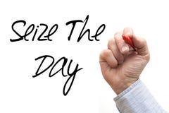 Το χέρι που γράφει «αδράχνει την ημέρα» Στοκ Φωτογραφία