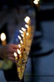 Το χέρι που είναι ανάβει την πυρκαγιά το κερί Στοκ Φωτογραφία