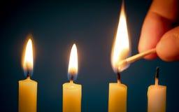 Το χέρι που κρατά τα matchsticks, που πηγαίνουν να καψει ένα κερί για αρχίζει Στοκ Εικόνες