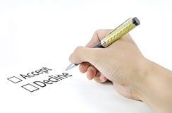 Το χέρι που χρησιμοποιεί μια κλασική μάνδρα αποφασίζει ότι στην επιλογή δεχτείτε ή μειωθείτε Στοκ Εικόνες