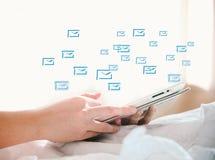 Το χέρι που χρησιμοποιεί την ψηφιακή ταμπλέτα παρουσιάζει κοινωνικό δίκτυο Στοκ εικόνα με δικαίωμα ελεύθερης χρήσης