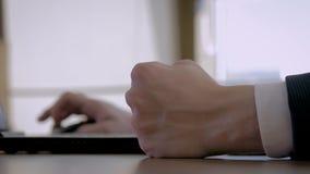 Το χέρι πυγμών κινηματογραφήσεων σε πρώτο πλάνο του επιχειρηματία χτυπά νευρικά το γραφείο στην αρχή στον εργασιακό χώρο φιλμ μικρού μήκους