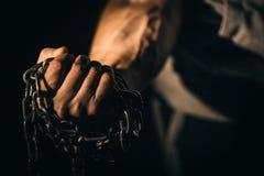 Το χέρι πυγμών κρατά την αλυσίδα Ικανότητα έννοιας, ανύψωση, ικανότητα Στοκ Εικόνες