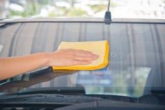 Το χέρι σκουπίζει τον καθαρισμό του γυαλιού αυτοκινήτων Στοκ φωτογραφία με δικαίωμα ελεύθερης χρήσης