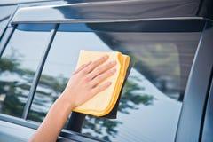 Το χέρι σκουπίζει τον καθαρισμό του γυαλιού αυτοκινήτων Στοκ εικόνα με δικαίωμα ελεύθερης χρήσης