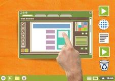 Το χέρι σχετικά με το παράθυρο και το φάκελλο συντακτών σχεδίου Ιστού και τα εικονίδια αρχείων σε χαρτί αποκόπτουν τον υπολογιστή Στοκ Φωτογραφίες