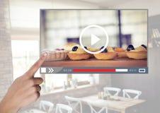 Το χέρι σχετικά με το ψήσιμο καφέδων συσσωματώνει App video τη διεπαφή Στοκ Φωτογραφία