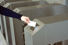 Το χέρι της γυναίκας βάζει την άσπρη πλαστική κάρτα στην κινηματογράφηση σε πρώτο πλάνο αναγνωστών Στοκ εικόνες με δικαίωμα ελεύθερης χρήσης
