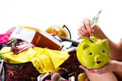 Το χέρι της γυναίκας κρατά τη piggy τράπεζα Στοκ εικόνες με δικαίωμα ελεύθερης χρήσης