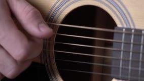 Το χέρι της κιθάρας παιχνιδιού ατόμων, κλείνει επάνω απόθεμα βίντεο