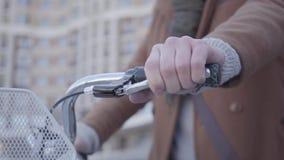Το χέρι του ατόμου πιέζει handbrake στενό στον επάνω ποδηλάτων Αστική εικονική παράσταση πόλης στο υπόβαθρο Σύγχρονος αρσενικός κ απόθεμα βίντεο