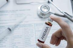 Το χέρι του γιατρού κρατά το φάρμακο ασθενειών αναιμίας Στοκ Εικόνες