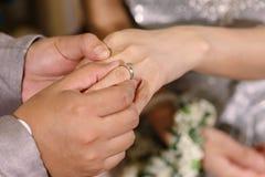 Το χέρι του εραστή φορά ένα δαχτυλίδι Στοκ εικόνα με δικαίωμα ελεύθερης χρήσης
