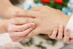 Το χέρι του εραστή φορά ένα δαχτυλίδι Στοκ εικόνες με δικαίωμα ελεύθερης χρήσης