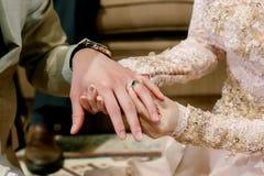 Το χέρι του εραστή φορά ένα δαχτυλίδι Στοκ φωτογραφία με δικαίωμα ελεύθερης χρήσης