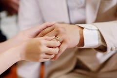 Το χέρι του εραστή φορά ένα δαχτυλίδι Στοκ φωτογραφίες με δικαίωμα ελεύθερης χρήσης