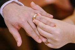 Το χέρι του εραστή φορά ένα δαχτυλίδι Στοκ Φωτογραφίες