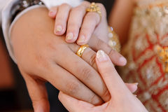 Το χέρι του εραστή φορά ένα δαχτυλίδι Στοκ Φωτογραφία