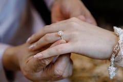 Το χέρι του εραστή φορά ένα δαχτυλίδι Στοκ Εικόνες