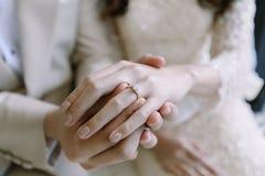 Το χέρι του εραστή φορά ένα δαχτυλίδι Στοκ Εικόνα
