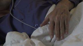 Το χέρι του ηλικιωμένου ατόμου που βρίσκεται στο κάλυμμα τη νύχτα, ηχεί τον ατάραχο ύπνο, υπόλοιπο απόθεμα βίντεο