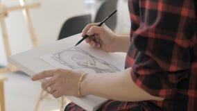 Το χέρι του κοριτσιού επισύρει την προσοχή μια εικόνα με ένα μολύβι στη Λευκή Βίβλο φιλμ μικρού μήκους