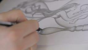 Το χέρι του κοριτσιού επισύρει την προσοχή μια εικόνα με ένα μολύβι στη Λευκή Βίβλο απόθεμα βίντεο