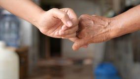 Το χέρι του κοριτσιού και της νέας γυναίκας είναι χέρι-χέρι υποχρέωση και υπόσχεση επαφών μεταφοράς απόθεμα βίντεο