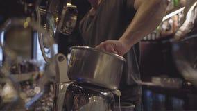 Το χέρι του νέου bartender μπάρμαν συμπιέζει το λεμόνι για στενό τον επάνω κοκτέιλ Προετοιμασία του οινοπνεύματος στο σύγχρονο φρ φιλμ μικρού μήκους